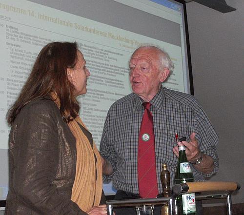 Preben Maegaard mit Dr. Brigitte Schmidt vom Solarzentrum MV